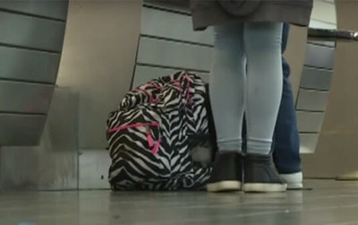 Nghi ngờ vé máy bay có vấn đề, nhân viên sân bay quyết định làm một việc giúp 2 bé gái tuổi teen thoát khỏi bọn buôn bán tình dục