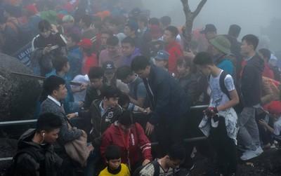 Khai hội Yên Tử, hàng trăm người leo trèo ra khỏi đám đông vì đứng chôn chân 2 tiếng ở đường lên chùa Đồng