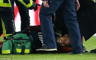 Neymar chấn thương nghiêm trọng, phải nằm cáng rời sân