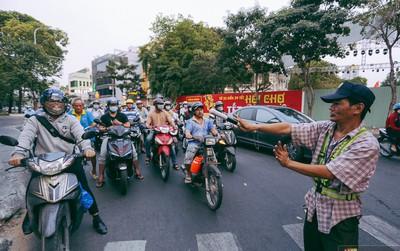 """Người thợ bơm vá """"bao đồng"""" ở Sài Gòn: Nghe tin ùn tắc trên đài FM rồi đạp xe đến điều tiết giao thông"""