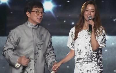 """Bản live khiến fan mong chờ 13 năm: Thành Long - Kim Hee Sun lần đầu trình diễn ca khúc """"Endless Love"""""""