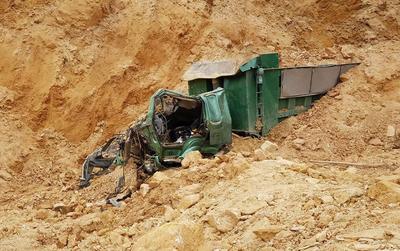 Hà Nội: Sập mỏ đất đá ở Quốc Oai vùi lấp 1 xe tải, tài xế tử vong trong cabin