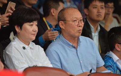Vợ HLV Park Hang Seo theo chân chồng, dự khán trận Hải Phòng - HAGL
