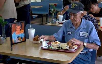 Suốt 4 năm trời, mỗi ngày, cụ ông 93 tuổi đều dùng bữa trưa cùng người vợ quá cố