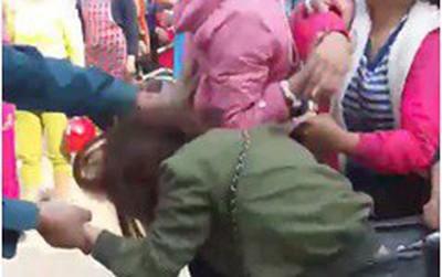 Clip cô gái trẻ bị nhóm người túm tóc, lột quần giữa đường nghi đánh ghen gây xôn xao