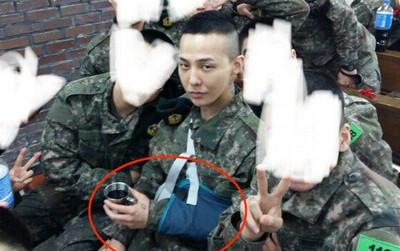 Lộ ảnh mái đầu cạo hiếm hoi của G-Dragon trong quân ngũ, nhưng sự chú ý đổ dồn vào cánh tay bị thương của anh