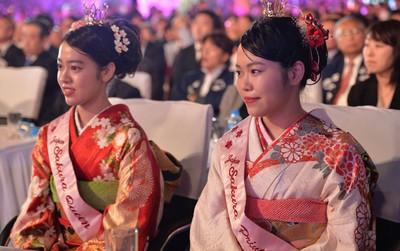 Nữ hoàng và công chúa hoa anh đào trao hoa khai mạc lễ hội giao lưu văn hoá Việt Nam - Nhật Bản