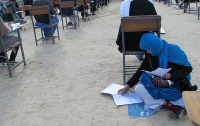 Bức ảnh nữ sinh ôm con ngồi bệt dưới đất làm bài thi đại học gây xúc động