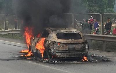 Ô tô đang lưu thông trên cao tốc Hà Nội – Thái Nguyên bốc cháy dữ dội, nạn nhân bất tỉnh trong xe được nhiều người kéo ra ngoài
