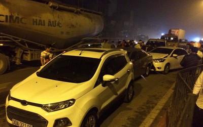 """Va chạm giao thông liên hoàn khiến 4 chiếc xe ô tô """"dồn toa"""", hư hỏng nặng trên phố Hà Nội"""