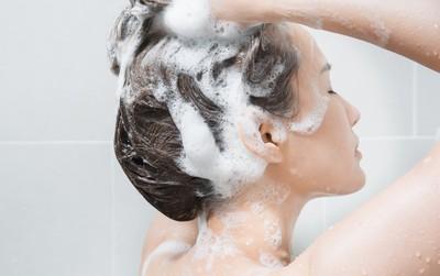 Gội đầu sạch mà tóc vẫn gàu chắc hẳn là vì những lý do này đây