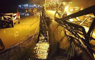 """Nhân chứng vụ sập cầu ở Sài Gòn: Tài xế trong xe tải chỉ kịp kêu lên """"Cứu, cứu"""""""