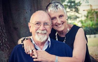 Chồng đau đớn thực hiện di nguyện của vợ, 1 năm sau đó, ông bật cười vì hóa ra đã bị bà chơi khăm