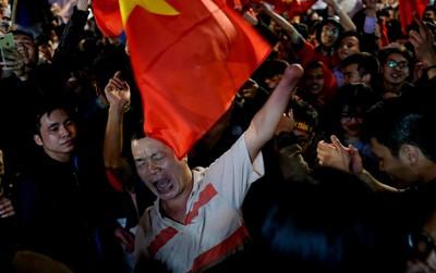 Clip: Mất một bàn tay nhưng bác cổ động viên ở Hà Nội vẫn nhún nhảy hò reo nhiệt tình mừng chiến thắng của đội tuyển U23 Việt Nam
