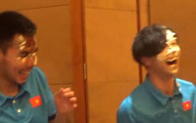 Công Phượng bị úp bánh kem vào mặt trong tiệc sinh nhật với U23 Việt Nam