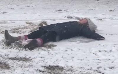 Bé Harper Beckham nằm ra giữa sân làm thiên thần tuyết, đối đáp với mẹ siêu dễ thương