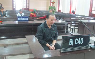 Người vợ trẻ òa khóc khi nghe chồng bị tòa tuyên phạt 20 năm tù
