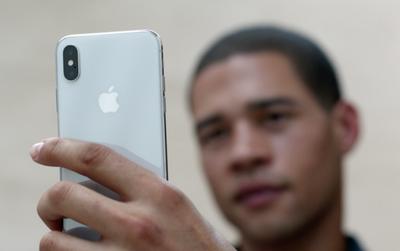 Apple ra quảng cáo mới cho iPhone X, có sự góp mặt của cố võ sĩ huyền thoại vĩ đại nhất thế kỷ 20