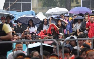 Mặc trời mưa, người dân Sài Gòn vẫn hừng hực khí thế cổ vũ U23 Việt Nam trong trận bán kết lịch sử