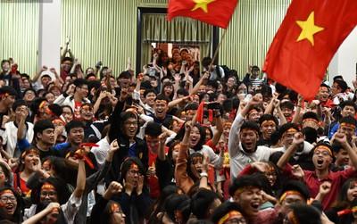 Chùm ảnh: Khoảnh khắc U23 Việt Nam gỡ hòa trong những phút cuối, hàng triệu người đã nắm tay, ôm nhau hạnh phúc nhường này