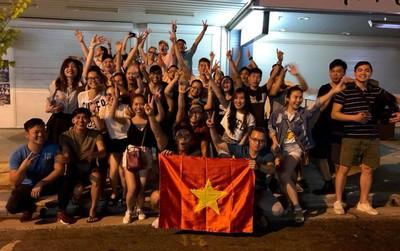 Nỗi lòng những người xa quê: Muốn mua vé máy bay về Việt Nam ăn mừng!