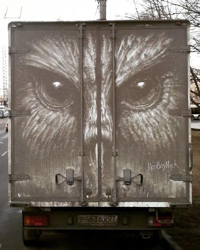 Đỉnh cao hội họa được vẽ nên từ lớp bụi dày trên ô tô