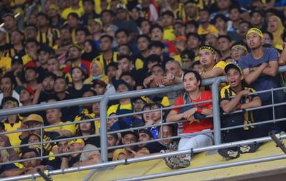 """CĐV Việt """"lạc giữa rừng gươm"""" trên sân Bukit Jalil khiến dân mạng thích thú bình luận: """"Tâm bất biến giữa dòng đời vạn biến"""""""
