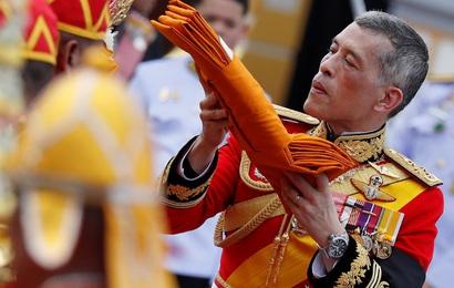 Vừa sa thải tháng trước, vua Thái Lan lại bất ngờ phục chức cho 3 sĩ quan cận vệ Hoàng gia