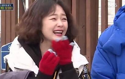 """Jeon So Min lộ bản chất """"hâm dở"""" khi nghe chuyện một cặp đôi nổi tiếng bí mật hôn nhau"""