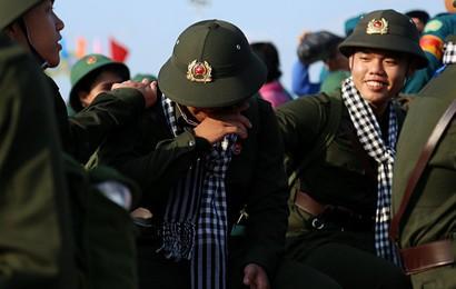 Tân binh ở Sài Gòn khóc nghẹn trước giây phút xa gia đình lên đường nhập ngũ