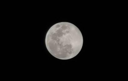 Thử thách chụp ảnh Mặt Trăng bằng điện thoại gây bão cộng đồng mạng