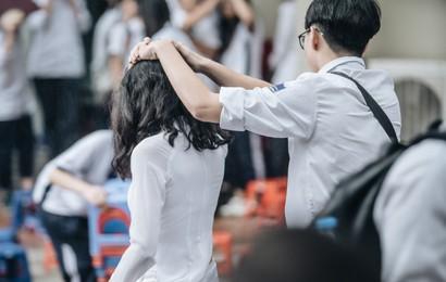 Bức ảnh nam sinh chịu ướt lấy tay che mưa cho bạn gái trong lễ bế giảng khiến dân mạng tan chảy vì quá dễ thương