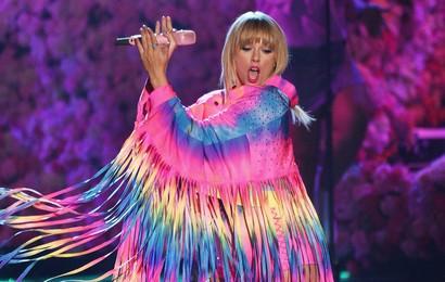 """Mời dàn cameo cực khủng trong MV """"You Need To Calm Down"""", Taylor Swift đang quyết tâm hạ bệ """"Old Town Road""""?"""