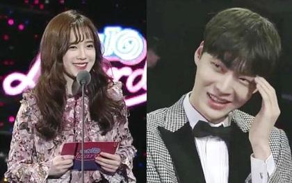 """Ahn Jae Hyun """"tỉnh tò"""" Goo Hye Sun ngay tại sự kiện: """"Bà xã à, anh yêu em nhiều lắm"""""""