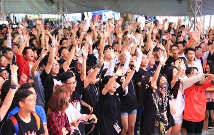 Khó mà tin được, hàng nghìn bạn trẻ Sài Gòn này tụ tập lại chỉ để... ngắm và mua giày Sneaker