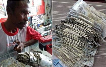 Hình ảnh người cha nghèo gom từng đồng bạc lẻ mua smartphone để chiều lòng con gái khiến nhiều người nhói lòng