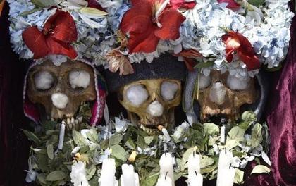 """Lễ hội đáng sợ tại Bolivia: Đưa đầu lâu người thân """"dạo chơi"""" khắp nơi cùng kính râm, mũ rộng vành như người còn sống"""