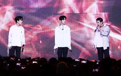 Phản ứng tuyệt vời của fan NU'EST khi nhạc đột ngột ngắt giữa màn biểu diễn của nhóm