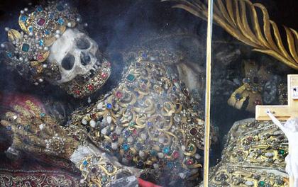 Bí mật bất ngờ về hai bộ hài cốt dát vàng, nạm đá quý đầy người
