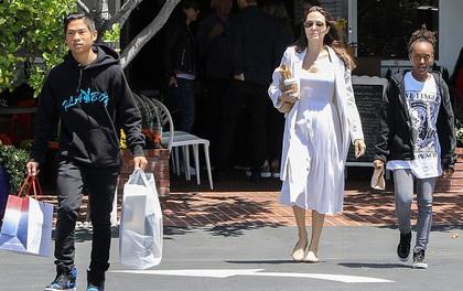 Pax Thiên ra dáng đàn ông, xách đồ giúp mẹ Angelina Jolie và em gái