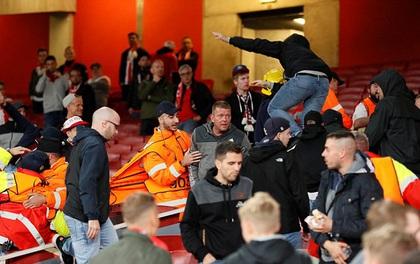 Arsenal thắng ngược Cologne trong trận đấu hỗn loạn trên khán đài Emirates