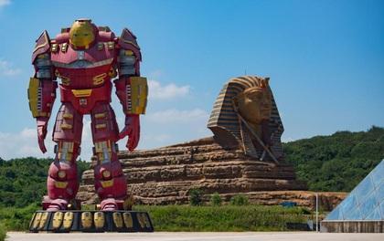 """Dở khóc dở cười khi chứng kiến cảnh siêu anh hùng Hollywood đứng """"canh gác"""" cho tượng nhân sư nhái ở Trung Quốc"""