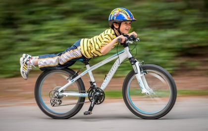 Tại sao xe đạp 2 bánh khi đi không bao giờ đổ, còn đứng 1 chỗ thì ngã sõng soài ra đất?