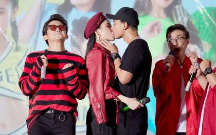 Hữu Vi khoá môi Angela Phương Trinh say đắm giữa trời mưa trước mặt khán giả