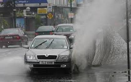 Video: Bị taxi văng nước trúng người, 3 thanh niên lấy gạch đập đầu tài xế
