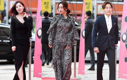 """Thảm đỏ Liên hoan phim: Em trai Kim Tae Hee tái xuất, """"Phạm Băng Băng Hàn Quốc"""" diện đầm khó hiểu bên Eunjung"""