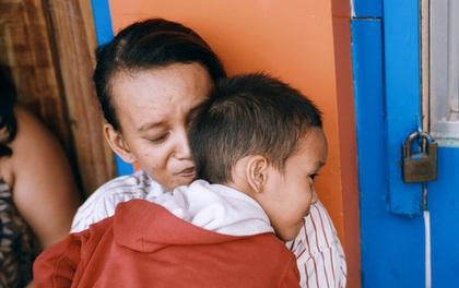 """Phía sau câu chuyện """"Cậu bé xếp giày"""": Cách mà người làm từ thiện đã cùng chị Linh, bé Đạt vượt qua giai đoạn được """"săn đón""""!"""