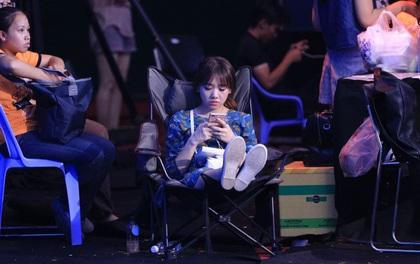 Hình ảnh Hari Won ngồi đợi chồng ghi hình TV Show gây chú ý
