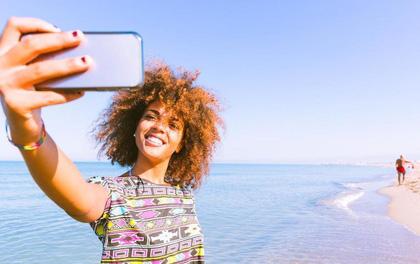 Vì sao phái yếu thích chụp ảnh selfie từ trên xuống, còn phái mạnh thích chụp từ dưới lên?
