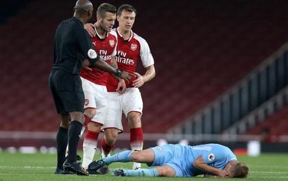 Sao Arsenal đấm gục cầu thủ trẻ Man City, nhận thẻ đỏ